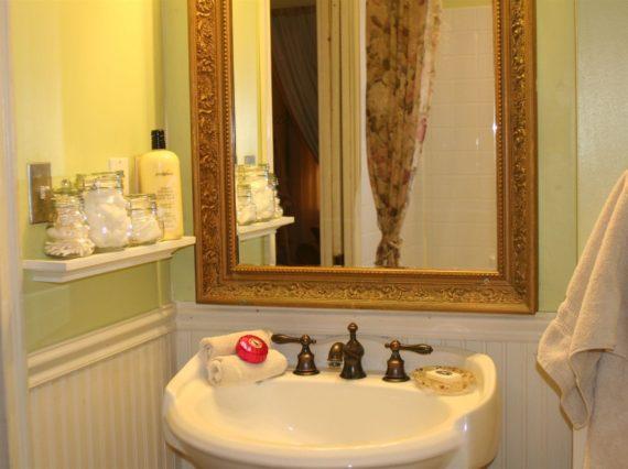 Bath 1st floor guest room